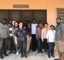 Grupo de imigrantes haitianos e colombianos recebem alimentos arrecadados pelo projeto Red Nose Day