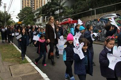 """27º Congresso Infantil transmite mensagem de """"paz e bem"""" e arrecada itens para doação"""