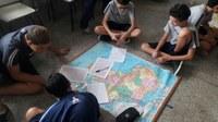 Alunos fazem contextualização geográfica em atividade de cartografia
