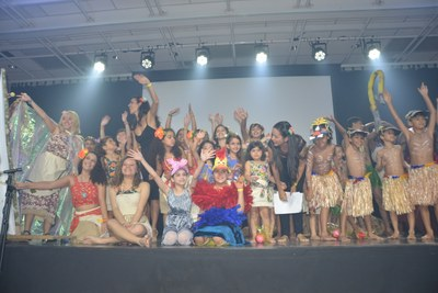"Participantes das oficinas realizam o espetáculo ""Moana"""