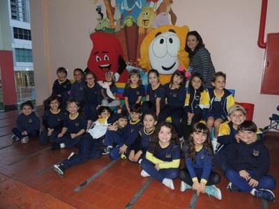 Granbynho e Chaminha recepcionam  alunos no primeiro dia de aula