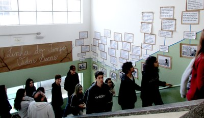 """2ºs e 3ºs anos do Ensino Médio visitam exposição """"Vidas Secas"""""""