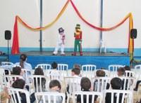 Alunos participam de tarde festiva com dubladores dos palhaços Patati e Patatá