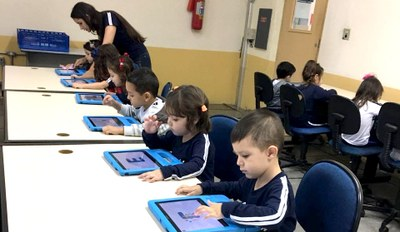 Infantil 3 realiza atividade em tablet para aprender letras