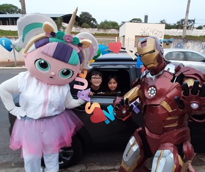 Turmas da Educação Infantil são recebidas por personagens no Drive Thru do Dia das Crianças