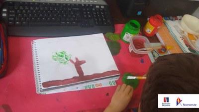 Alunos expressam criatividade com pintura em aula remota