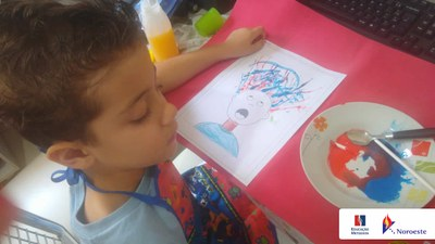 Alunos do Pré II fazem desenhos artísticos com canudo e tinta; confira as fotos