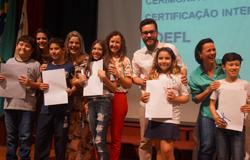 Alunos recebem certificados do exame Toefl, nessa segunda-feira, 12