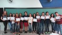Estudantes do Ensino Médio recebem certificado de curso do Emory & Henry College