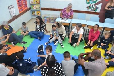 Alunos da Educação Infantil recebem seus avós no Colégio