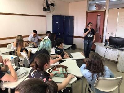 A palestrante Patricia Sosa apresentou aos alunos importantes estratégias de leitura, interpretação das questões, bem como a importância das imagens gráficos.