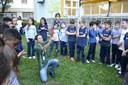 Estudantes plantam mudas de árvores em atividade realizada pela Ecovias